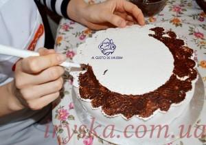 Обираємо серветку потрібного діаметру та наносимо шоколад чи глазур ( розтоплений) за допомогою пензлика на папір